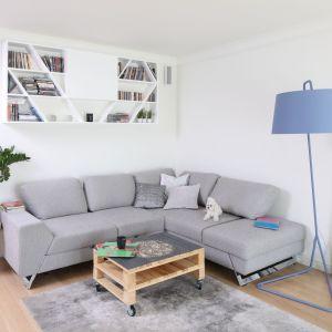 Wygodna narożna sofa to centrum strefy wypoczynkowej. Stolik z palet dodaje jej charakteru. Projekt: Laura Sulzik. Fot. Bartosz Jarosz
