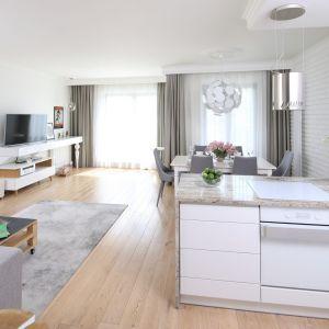 Stylowo urządzone, piękne i jasne mieszkanie. Projekt: Laura Sulzik. Fot. Bartosz Jarosz