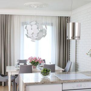 Piękne, jasne mieszkanie urządzone stylowo. Projekt: Laura Sulzik. Fot. Bartosz Jarosz