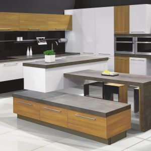Atrakcyjna kompozycja kuchni z systemu KAMplus to przykład udanego połączenia trzech niezwykle modnych dekorów - ciepłego drewna, świeżej bieli i prestiżowego dekoru kamiennego. Fot. KAM