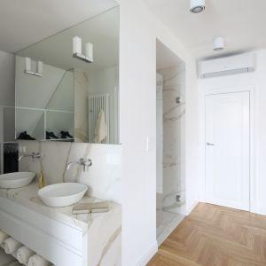 Część prywatna apartamentu utrzymana jest w stylu nowoczesnym. Projekt: Katarzyna Mikulska-Sękalska. Fot. Bartosz Jarosz