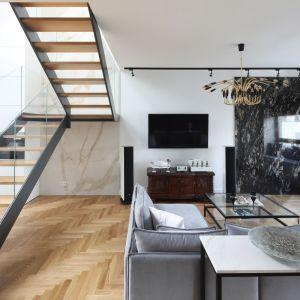 Na drugą kondygnację, gdzie znajdują się wszystkie sypialnie, prowadzą schody z antresolą utrzymane w nowoczesnej stylistyce. Projekt: Katarzyna Mikulska-Sękalska. Fot. Bartosz Jarosz