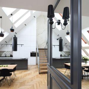 Część kuchenno-jadalnianą  doświetlają ją aż cztery rzędy okien połaciowych. Projekt: Katarzyna Mikulska-Sękalska. Fot. Bartosz Jarosz