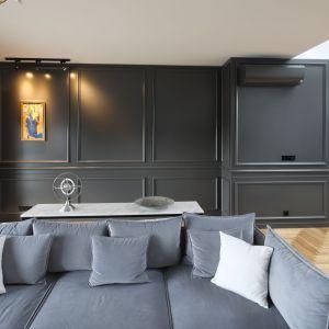 Lamperie w ciemnoszarym kolorze stanowią mocne tło dla aranżacji salonu. Projekt: Katarzyna Mikulska-Sękalska. Fot. Bartosz Jarosz