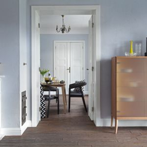 Oszklona witryna z kolekcji Dream wykonana z drewna i forniru dębowego w trzech wybarwieniach do wyboru. Fot Swarzędz Home