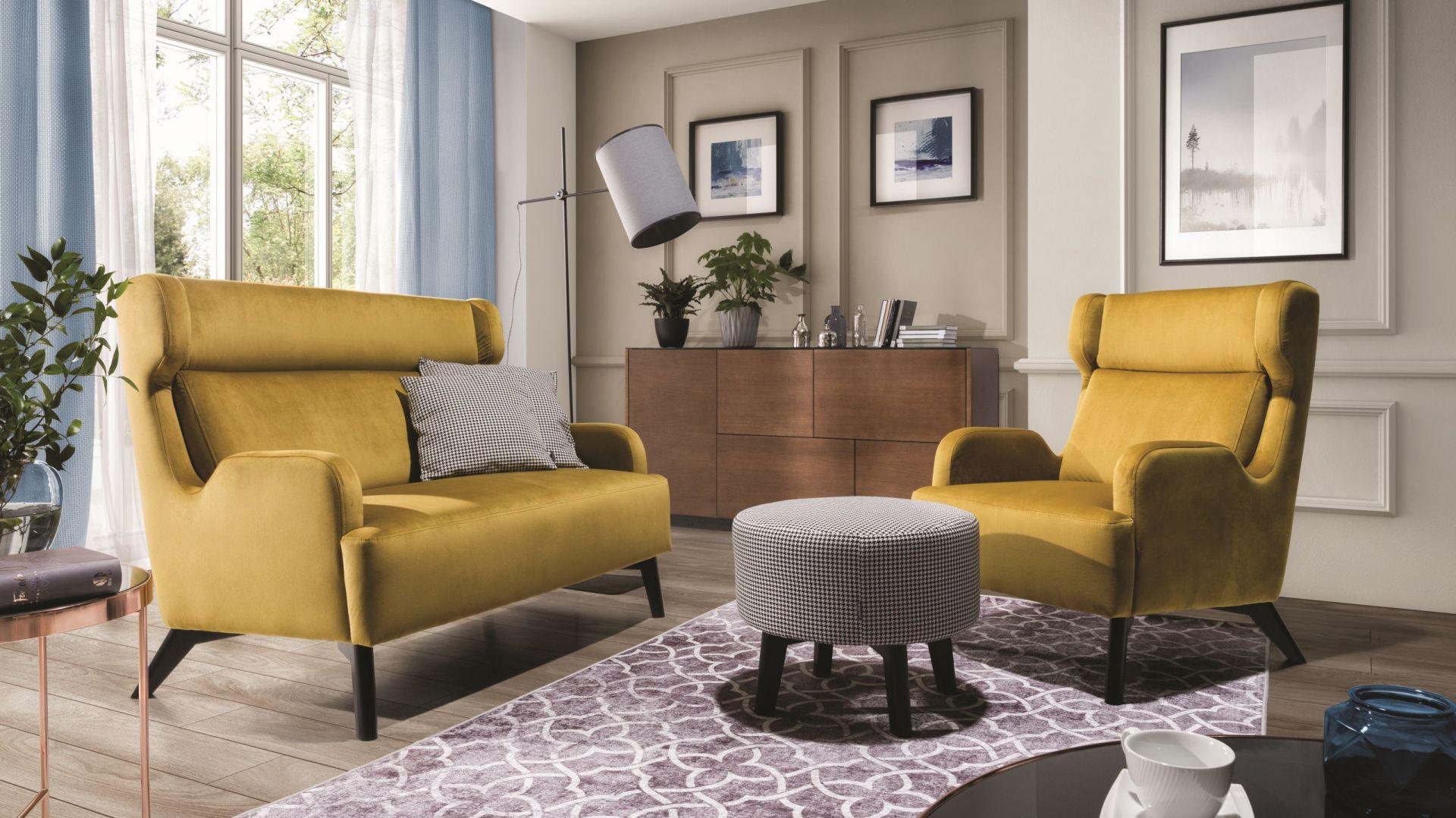 Wing to kompaktowy fotel i sofa o ciekawej stylowej formie, która świetnie współgra z eleganckim odcieniem tapicerki. Fot. Wajnert Meble