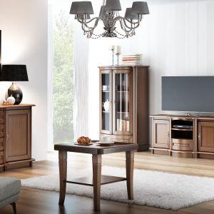 Meble z kolekcji Diana nawiązują do klasycznych form; wykonane z drewna litego, oklein naturalnych, przy zastosowaniu szkła frezowanego. Fot. Meble Olejnikowski