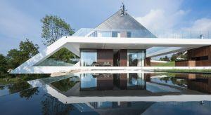 Edge House to jedna z najnowocześniejszych willi w Polsce. Oryginalna forma budynku wynikła wprost z uwarunkowań miejsca. Działkę, na której stanął dom dzieliła na pół wapienna skarpa.