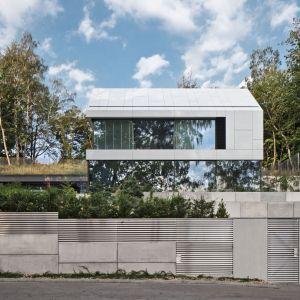 Luksusowa, przeszklona rezydencja usytuowana na malowniczej skarpie w Gdyni. Projekt: Arch-Deco. Fot. Przemek Żmijewski
