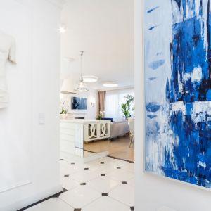 Czystość, połysk, biel i splendor - oto główne wyznaczniki aranżacji tego krakowskiego apartamentu. Projekt: Anna Kosmala. Fot. Teresa Świtkiewicz