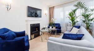 Czystość, połysk, biel i splendor - oto główne wyznaczniki aranżacji tego krakowskiego apartamentu. Projekt wnętrza w stylu glamour został stworzony dla projektantów mody.
