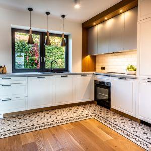 Przestrzeń kuchni i jadalni wyznacza podłoga wyłożona pięknymi, wzorzystymi, hiszpańskimi płytkami. Projekt: Małgorzata Szpak. Fot. Lukas Patecki