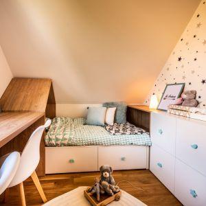 Na piętrze niewielkiego domu z użytkowym poddaszem mieści się sypialnia gospodarzy oraz pokoje dzieci. Projekt: Małgorzata Szpak. Fot. Lukas Patecki
