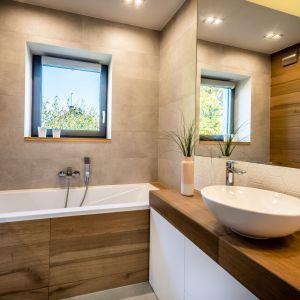 Łazienka na piętrze ma charakter salonu kąpielowego z wygodną wanną, w której domownicy mogą zażywać relaksujących kąpieli. Projekt: Małgorzata Szpak. Fot. Lukas Patecki
