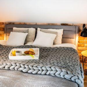 Piętro domu to prywatna przestrzeń domowników. Mieści się tu sypialnia gospodarzy oraz pokoje dzieci. Projekt: Małgorzata Szpak. Fot. Lukas Patecki