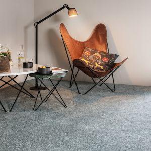 Białe, beżowe i szare pokrycia podłogowe, występujące w wielu różnych odcieniach znakomicie rozświetlą pokoje. Uzupełniając wystrój salonu jasną, miękką wykładziną, możemy nadać wnętrzu relaksujący i delikatny charakter. Fot. Komfort