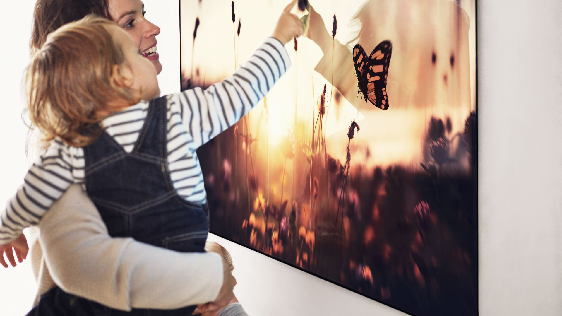 Wyjątkowo smukły profil telewizora W7 sprawia wrażenie, że ekran unosi się w powietrzu. Niesamowicie smukły panel OLED, który w 65-calowym modelu ma zaledwie 2,57 mm, można zainstalować bezpośrednio na ścianie, używając jedynie magnetycznych uchwytów. Fot LG