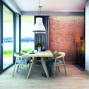 W jadalni jedną ze ścian wykończono cegłą. Dom Malutki dr-S. Projekt: arch. Tomasz Sobieszuk. Fot. Domy w Stylu