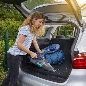 Bezprzewodowy odkurzacz ułatwi czyszczenie bagażnika samochodu. Fot. Gardena