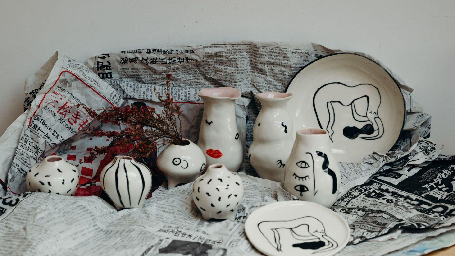 W ceramice Skowrońska często wykorzystuję kintsugi - japońską technikę naprawiania pękniętej porcelany laką i złotem. Fot. Mellow Fever