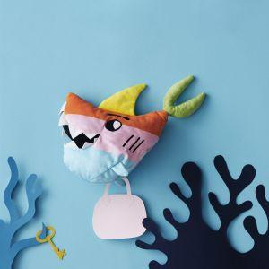 Sagoskatt 2018 - seria zabawek IKEA - tęczowy rekin podróżujący przez morza i oceany. Fot. IKEA