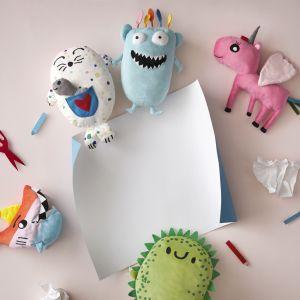 Sagoskatt 2018 - seria zabawek IKEA. W serii pojawią się różowy jednorożec żyjący w chmurach, tęczowy rekin podróżujący przez morza i oceany, figlarny niebieski potwór o imieniu… Potwór, wielbiciel tropikalnych owoców jeżodinozaur oraz nakrapiana foczka, ukrywająca w kieszeni małą rybkę. Fot. IKEA