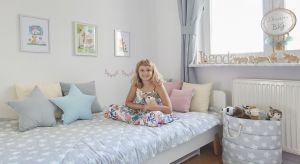 Po przeprowadzcedo nowego mieszkania na warszawskim Ursynowie, córki Moniki Mrozowskiej zapragnęły mieć niezależne pokoje.Jagodzie przypadł mniejszy, za to od podwórza. Mama doskonale wiedziała, że początkująca uczennica potrzebuje dużo ci