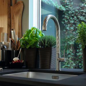 Specjalne wyżłobienia wylewki baterii kuchennej Maris Free nawiązują do dynamiki strumienia wody. Można skompletować ze stalowym zlewozmywakiem z serii Maris (na zdjęciu model MRX 110-50). Dostępne w ofercie firmy Franke. Fot. Franke