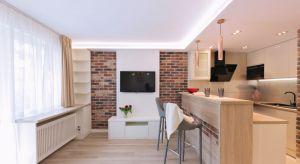 Powierzchnia krakowskiego mieszkania wynosi zaledwie 29 m kw. Projektantka postarała się, by wykorzystać każdy centymetr tej kawalerki. Spójność kolorystyczna i stylistyczna aranżacji powoduje, że przestrzeń mieszkania odbieramy jako całość.