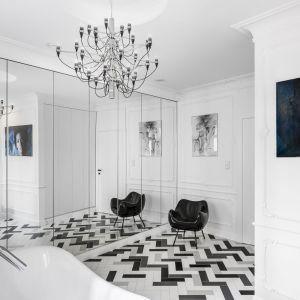 W salonie kąpielowym podłogę zdobi czarno-biała jodełka ułożona z płytek. Projekt: Anna Maria Sokołowska. Fot. Foto&Mohito