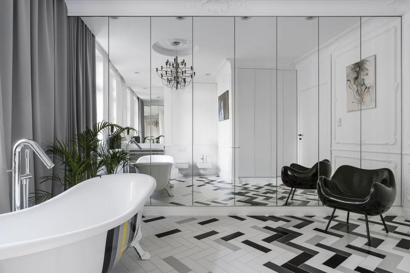 Dopełnieniem wysmakowanej aranżacji jest czarny fotel Rm58 będący reedycją kultowego modelu zaprojektowanego przez Romana Modzelewskiego w 1958 roku. Projekt: Anna Maria Sokołowska. Fot. Foto&Mohito