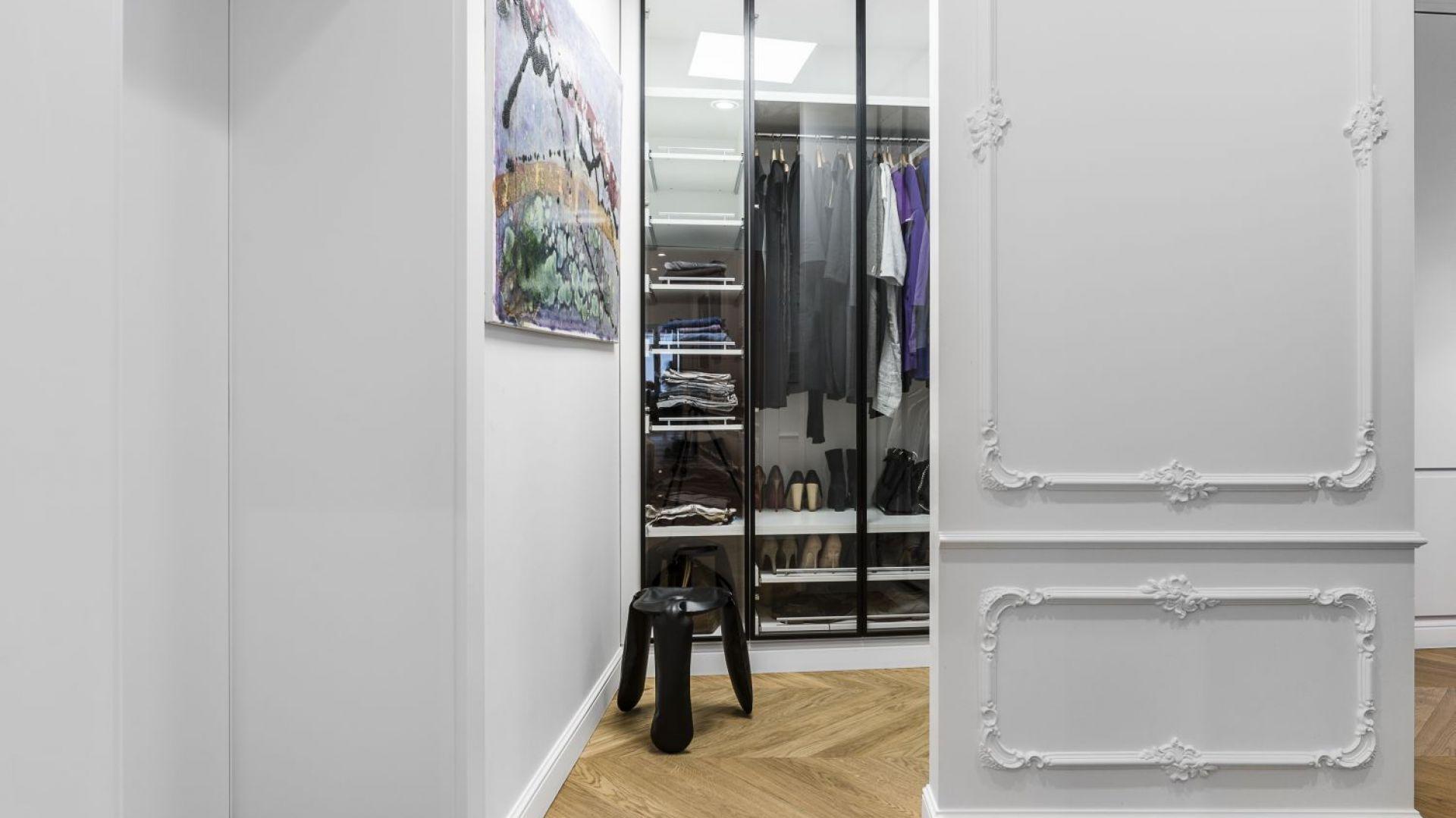 Obok sypialni głównej znajduje się garderoba. Projekt: Anna Maria Sokołowska. Fot. Foto&Mohito