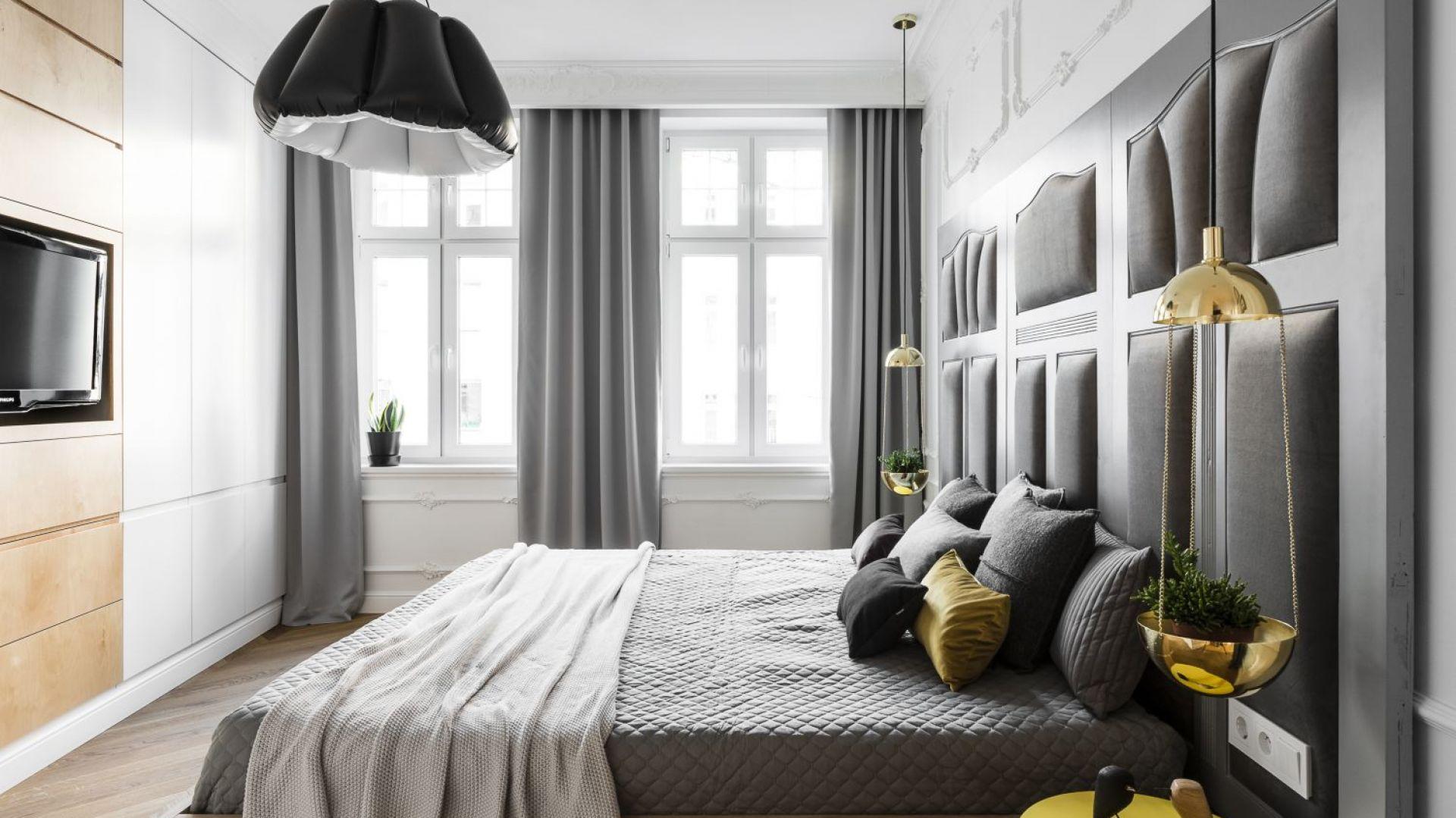 W sypialni aranżacyjnego pazura dodają oryginalne wiszące lampy, pełniące także rolę kwietników. Projekt: Anna Maria Sokołowska. Fot. Foto&Mohito