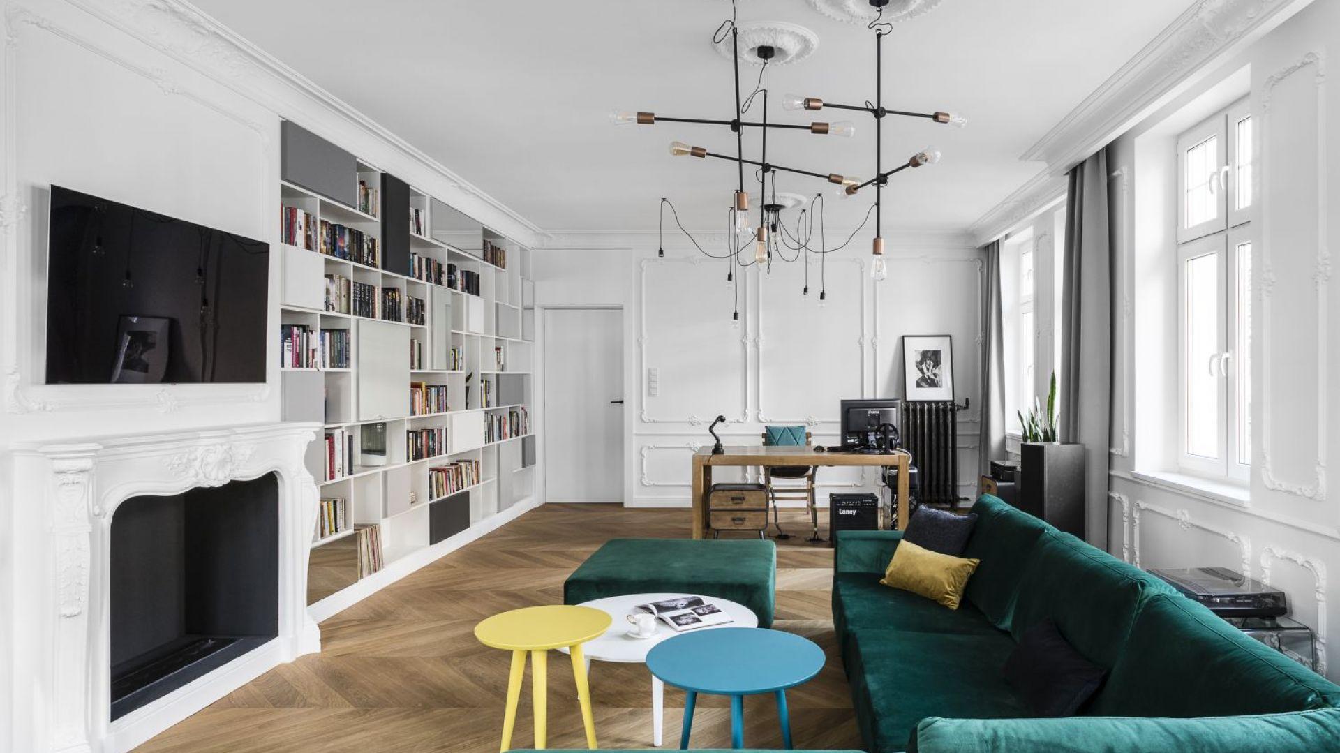 Wysoki na trzy metry sufit, wieńcząca ściany biel oraz liczne wysokie okna potęgują wrażenie przestronności. Projekt: Anna Maria Sokołowska. Fot. Foto&Mohito