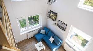 Niewielkie wnętrze urządzone zostało z myślą o dwóch osobach. Świetnie nadaje się na mieszkanie dla pary lub dwójki bliskich przyjaciół.