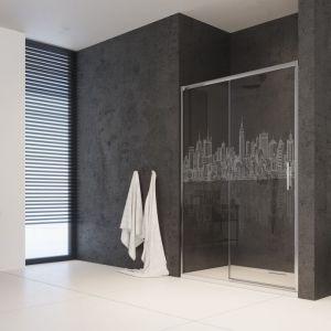 Drzwi prysznicowe Idea DWJ ze szkła 6 mm z możliwością ozdobienia dekoracyjnym grawerem (na zdj. wzór Miasto). Fot. Radaway