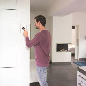Regulator Easy Control CT200 umożliwia sterowanie pracą kotła grzewczego oraz instalacją ogrzewania i c.w.u. poprzez bezprzewodową komunikację z elektronicznymi głowicami termostatycznymi na grzejnikach. Fot. Junkers-Bosch