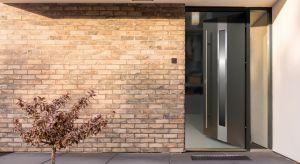 Wybór drzwi zewnętrznych do domu wymaga chwili zastanowienia i odpowiedzenia sobie na pytanie o oczekiwania, jakie mamy wobec drzwi wejściowych. Bez wątpienia priorytety to bezpieczeństwo, komfort użytkowania i dobra izolacyjność.