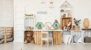 Kreatywne podejście i odpowiednia farba w zupełności wystarczą, by drewnianym zabawkom nadać inny styl i sprawić, że staną się oryginalną ozdobą dziecięcego królestwa.