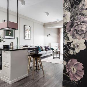 Tapeta z kwiatowym wzorem, zaprojektowana specjalnie do tego wnętrza, zdeterminowała wystrój wszystkich pomieszczeń. Projekt: JT Grupa. Zdjęcia: Foto&Mohito