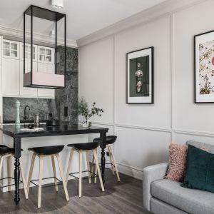 Mieszkanie urządzone zostało nowocześnie, jednak z bardzo wyraźnymi nawiązaniami do stylu klasycznego. Projekt: JT Grupa. Zdjęcia: Foto&Mohito
