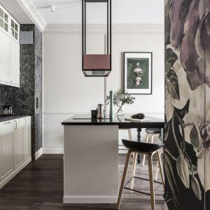 Klasyczna zabudowa kuchenna wraz z płytkami z rysunkiem marmuru zapewniają kuchni elegancki i ponadczasowy charakter. Projekt: JT Grupa. Zdjęcia: Foto&Mohito