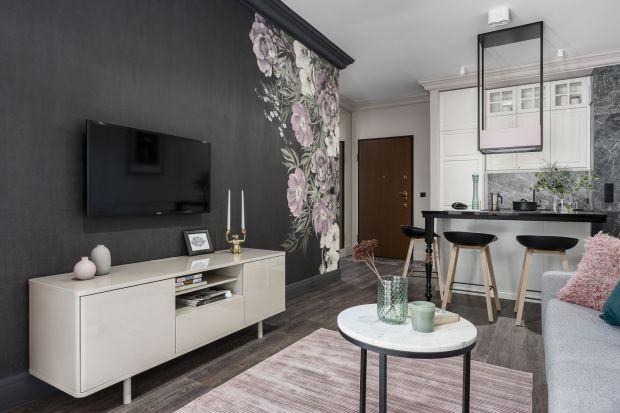 Małe mieszkanie - piękne wnętrze w pudrowych różach