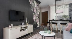 Mimo że niewielkie, to mieszkanie robi ogromne wrażenie. Projekt zachwyca spójnością, dekoratorską konsekwencją, śmiałym wykorzystaniem kolorów oraz motywem kwiatów, których przeskalowany rysunek na tapecie determinuje całą stylizację.