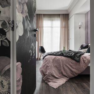 Motyw kwiatów, pudrowe odcienie różu oraz klasyczne inspiracje odnajdziemy także w aranżacji sypialni. Projekt: JT Grupa. Zdjęcia: Foto&Mohito