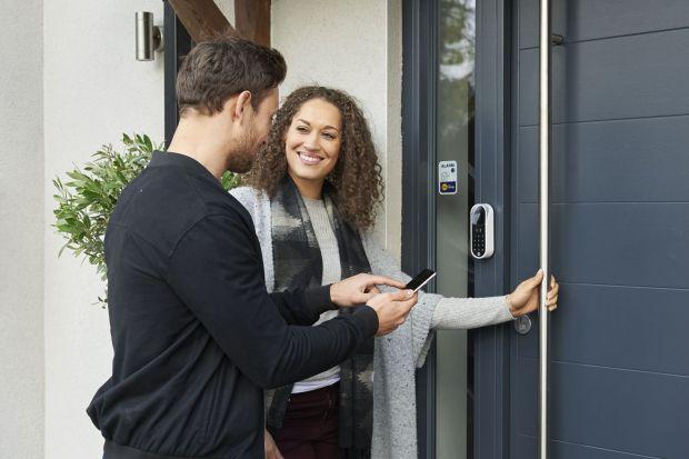Jednym z pierwszych zastosowań nowoczesnych technologii w przestrzeniach prywatnych jest zapewnienie bezpieczeństwa naszego domu. Niegdyś były to przede wszystkim alarmy przeciwwłamaniowe, obecnie jednak do dyspozycji mamy znacznie więcej rozwiąza�
