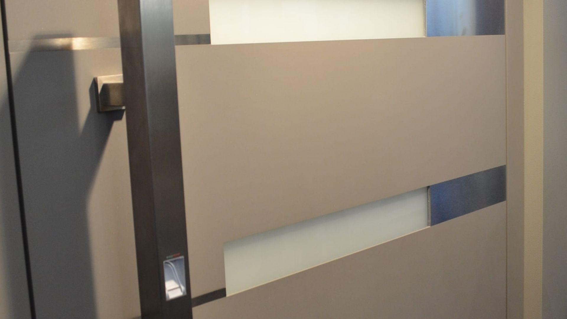 Wykonana ze stali szlachetnej obudowa czytnika linii papilarnych wbudowana jest w skrzydło drzwiowe, a wszystkie przewody ukryć można w ościeżnicy. Otwarcie drzwi sygnalizuje zapalenie się odpowiedniej lampki. Fot. OknoPlus
