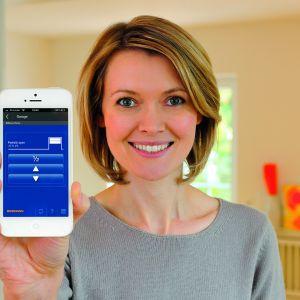 Bramka Gateway Bisecur to wygodne sterowanie np. oświetleniem za pomocą smartfona/tabletu; wystarczy podłączyć bramkę Gateway BiSecur do domowego routera i bezpłatnie zarejestrować przez Internet. Fot. Hörmann