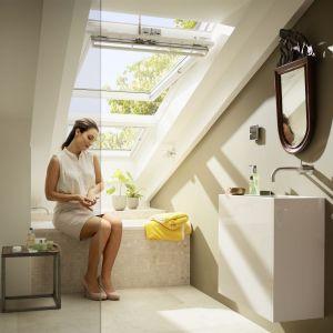 """W małej łazience na poddaszu warto postawić na spore okno dachowe, które wprowadzi mnóstwo światła,m jak również """"optycznie"""" rozciągnie pomieszczenia na ogród. Fot. Velux"""