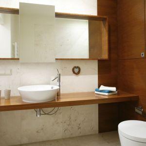 Niewielkie łazienki wymagają większej dyscypliny, zarówno przy urządzaniu, jak i użytkowaniu przestrzeni. Lepiej wyglądają te wnętrza, w których większa część przedmiotów codziennego użytku jest schowana, a na zewnątrz pozostają tylko niezbędne przedmioty. Projekt: Marta Kruk. Fot. Bartosz Jarosz